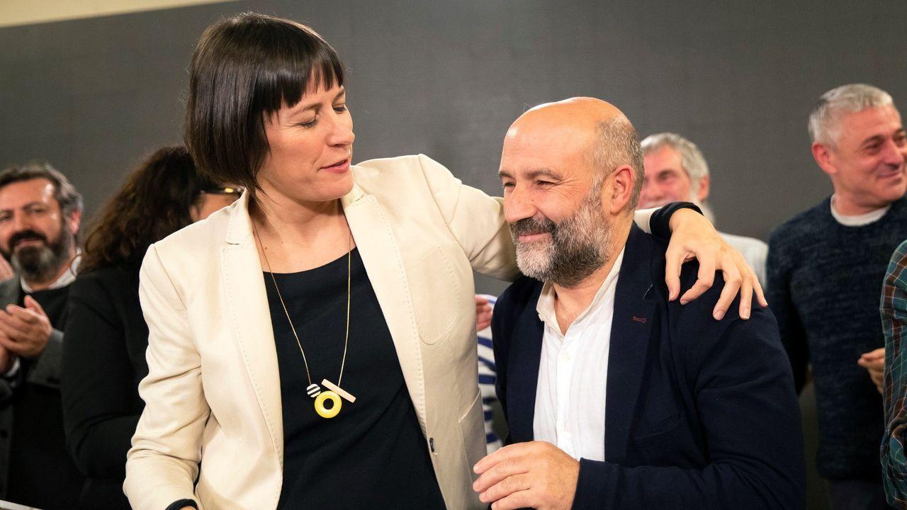 Ana Pontón felicitando a Nestor Rego, el diputado que el BNG tendrá en el Congreso tras tres legislaturas
