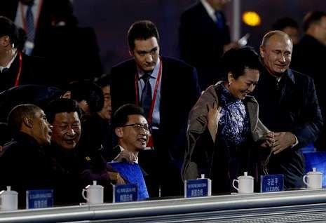 Los militares del despliegue afgano se despiden de sus familias.Momento en el que Vladimir Putin coloca una manta sobre los hombros de la esposa de Xi.