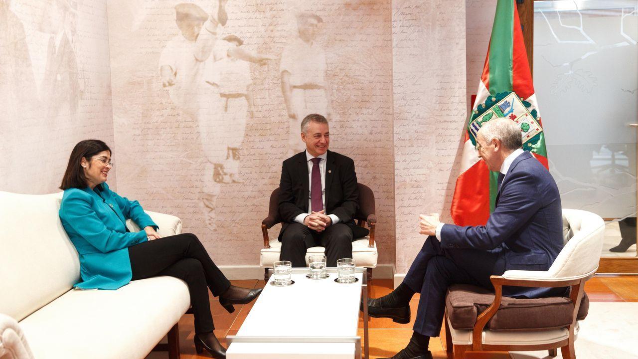 El lendakari, Iñigo Urkullu, en medio de la ministra de Política Territorial, Carolina Darias, y el consejero vasco de Gobernanza Pública y Autogobierno, Josu Erkoreka,  en Vitoria