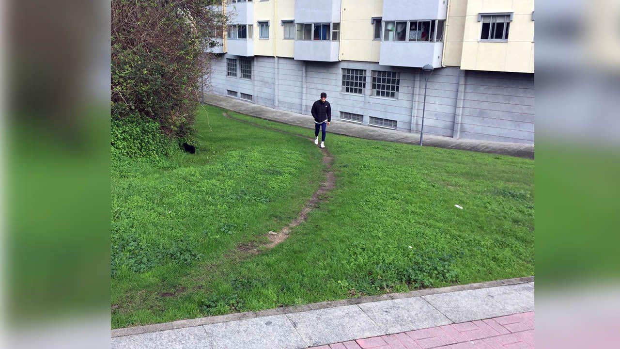 El atajo necesario en el barrio coruñés de Adormideras. La gente que vive en este bloque de viviendas ha elegido un recorrido más eficiente y natural para acceder a la calle principal de acceso al barrio
