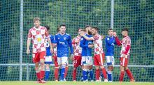 Los jugadores del Vetusta saludan a los del Guijuelo