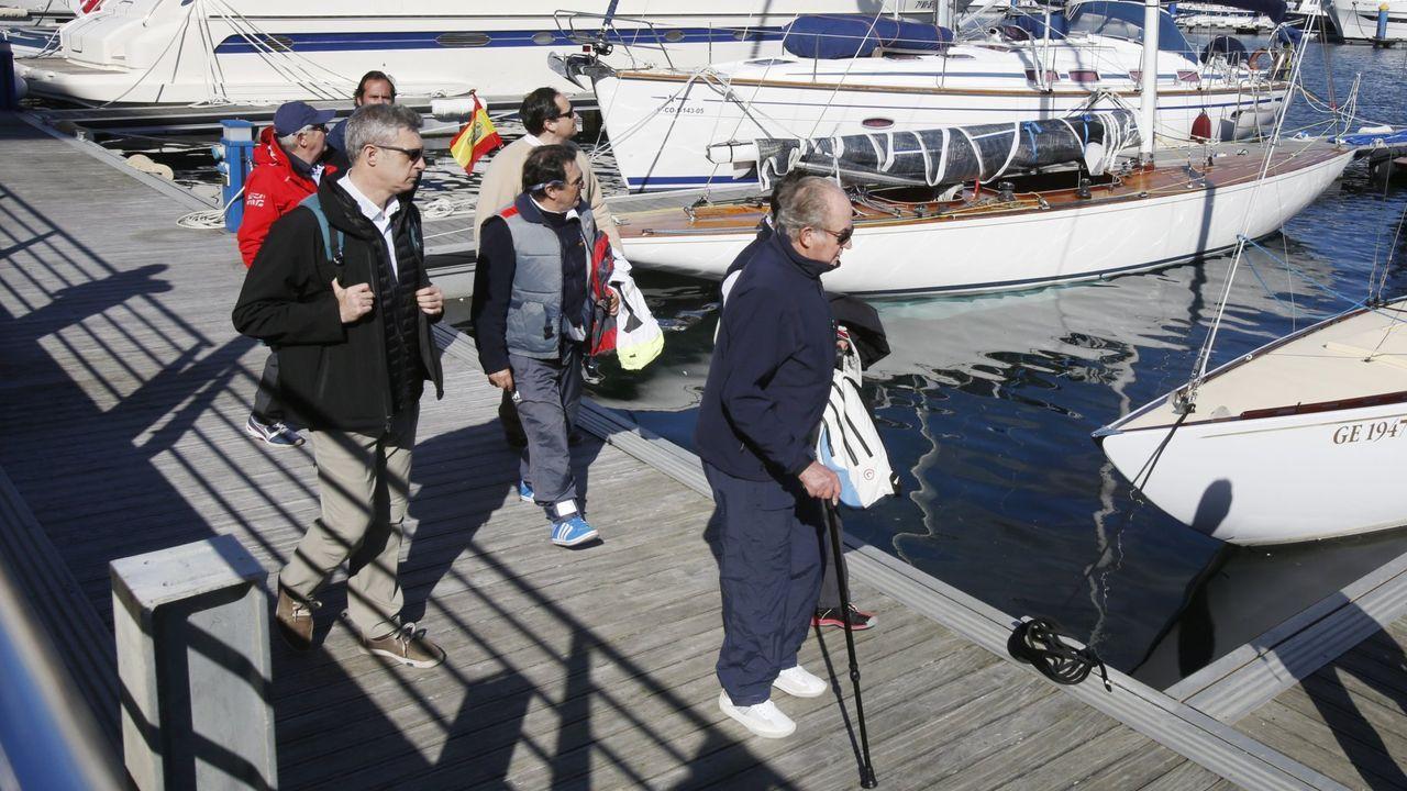 El rey emérito visitaba Sanxenxo y salía a navegar en velero junto al presidente del Club Náutico, Pedro Campos, en marzo de 2016