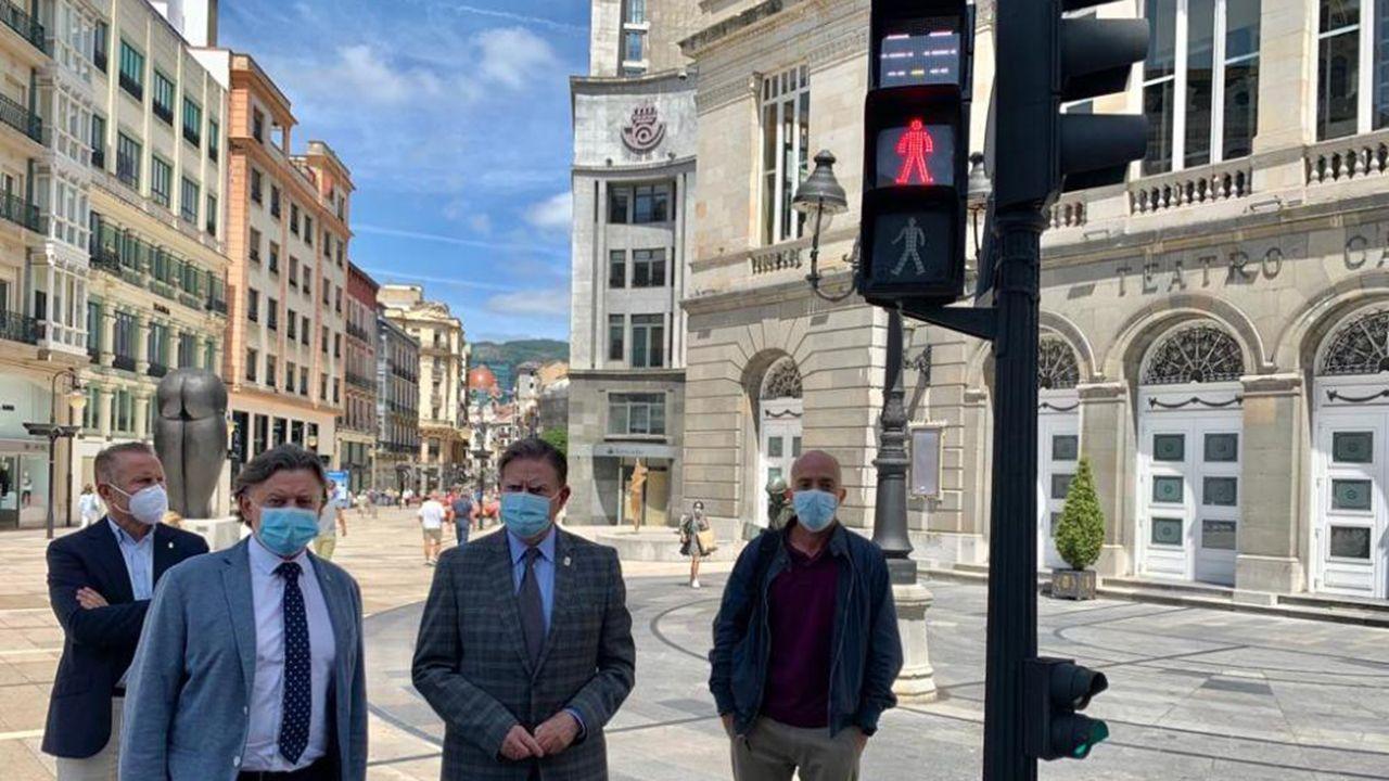 Alfredo Canteli, Jose Ramón Prado, Javier Lozano, y Ramón García visitan el semáforo que recuerda la obligatoriedad de mantener la distancia de seguridad