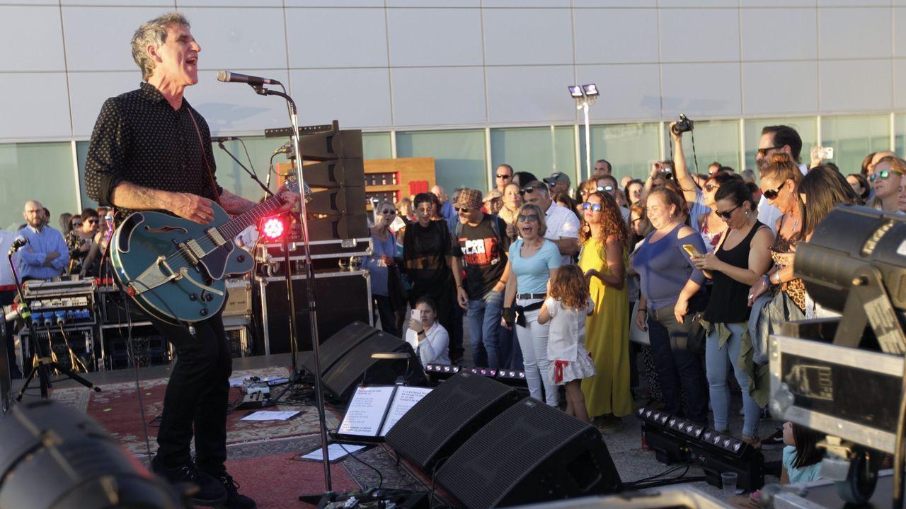 ¡Mira aquí las imágenes del concierto de Mikel Erentxun en Boiro!.Guadi Galego, Triángulo de Amor Bizarro, Mikel Eretxun, Kiko Veneno y Marlango, entre las citas imperdibles del mes en Galicia