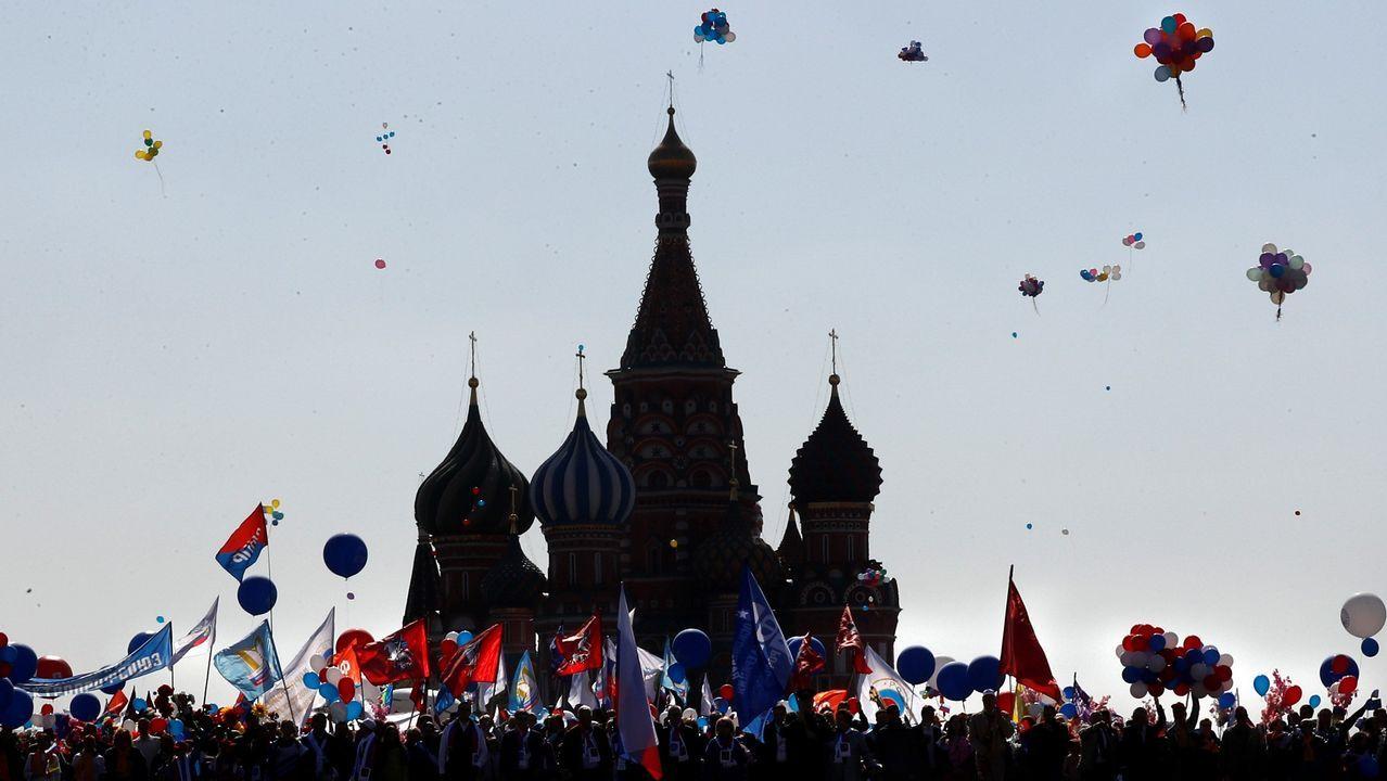 Una multitud celebra el Primero de Mayo en la plaza Roja de Moscú (Rusia)