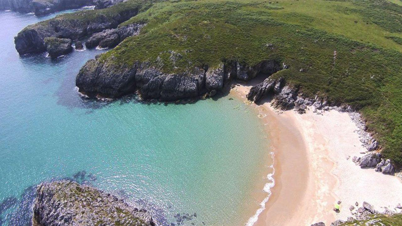 La playa de San Antonio, en Llanes, seleccionada como la mejor playa asturiana del 2020