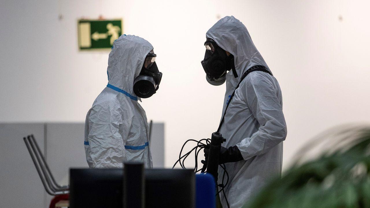 Miembros de la UME desinfectan el centro cultural Lope de Vega, en Madrid