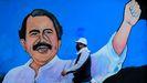 Un hombre pasa por un mural ensalzando al presidente Daniel Ortega