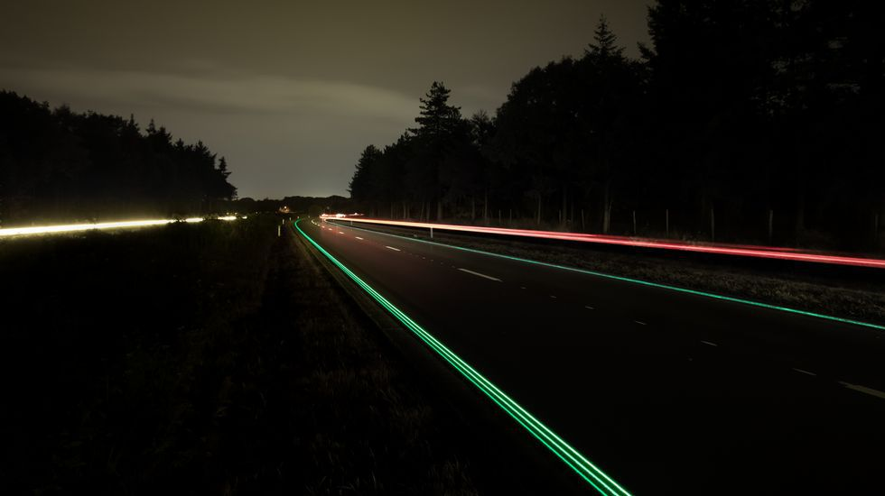 La empresa Heijmans instaló señalización horizontal luminosa en un tramo de una carretera de Holanda.