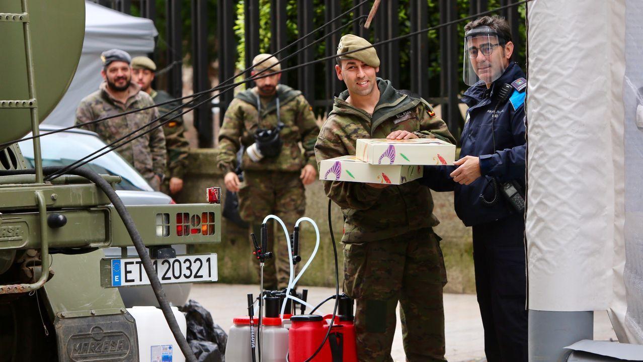 Un agente de la Policía Local de Vigo lleva roscón a los militares