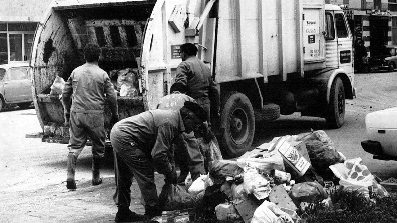 Personal de El Sol realizando la recogida de basuras domiciliarias a finales de la década de 1970