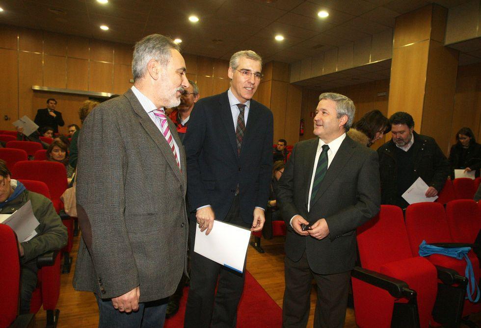 El presidente Miguel Falcón -a la derecha, con el conselleiro-, está en la comisión gestora.