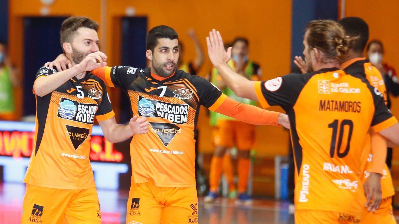 Iago Míguez, Javi Rodríguez y Renato celebran un gol con Matamoros