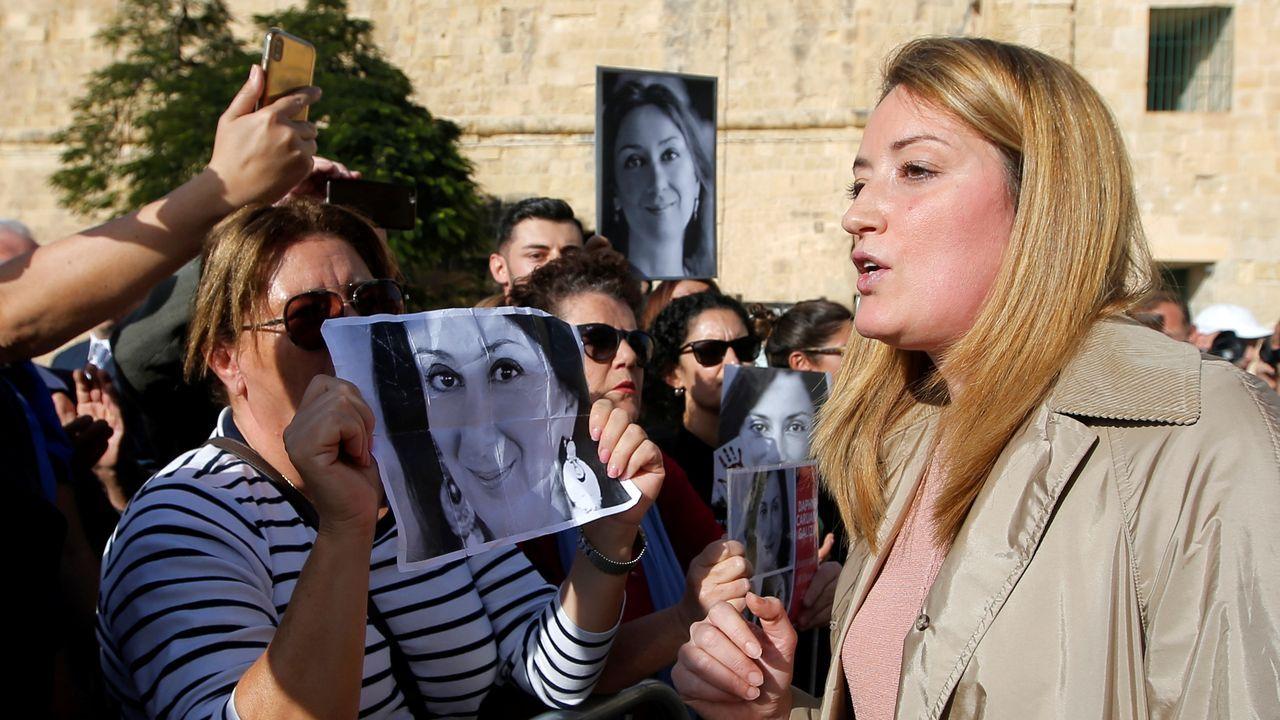 La eurodiputada maltesa Roberta Metsola, junto a manifestantes críticos contra Muscat
