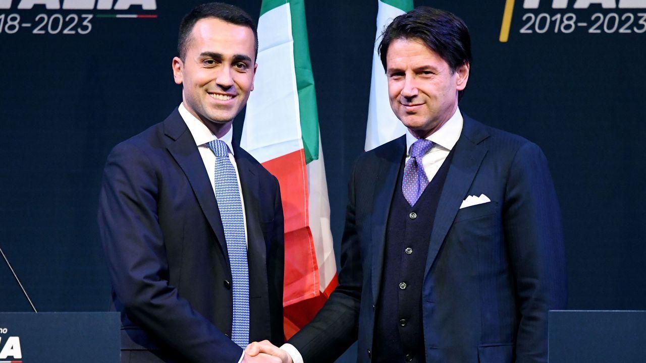 Di Maio estrecha la mano de Giuseppe Conte
