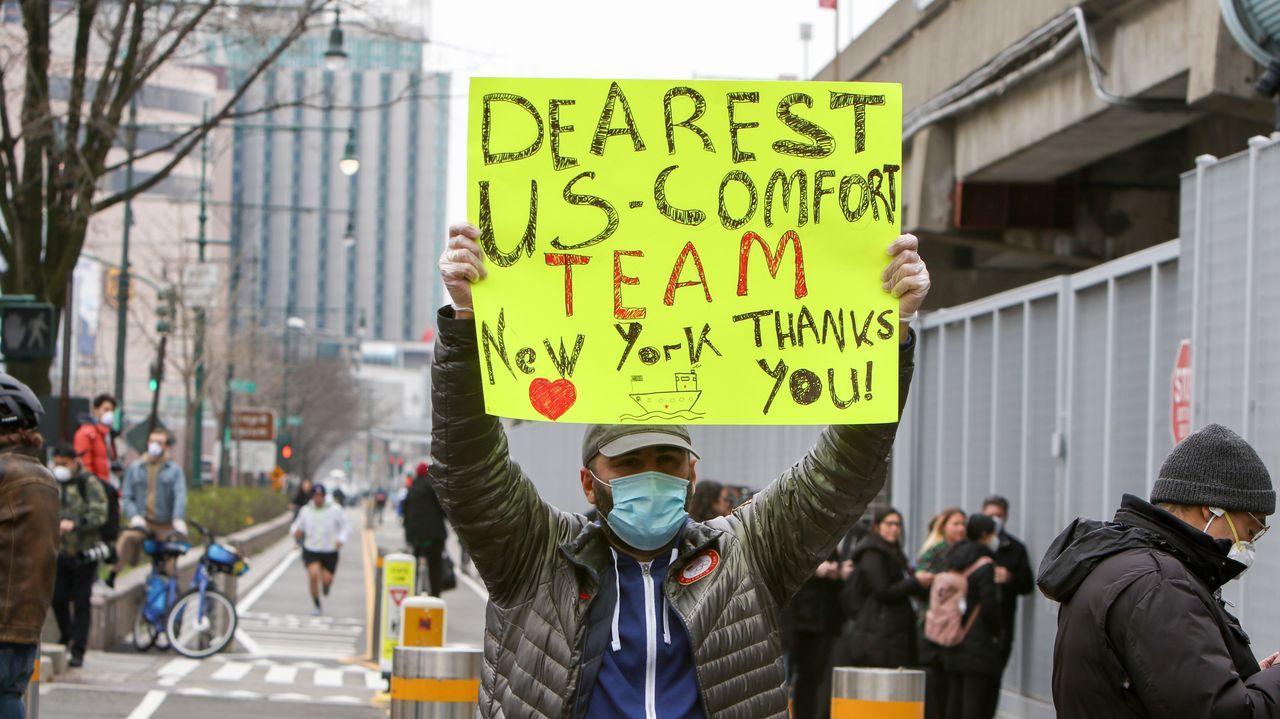 Tampoco faltaron las muestras de apoyo de la población a la tripulación del USNS Comfort