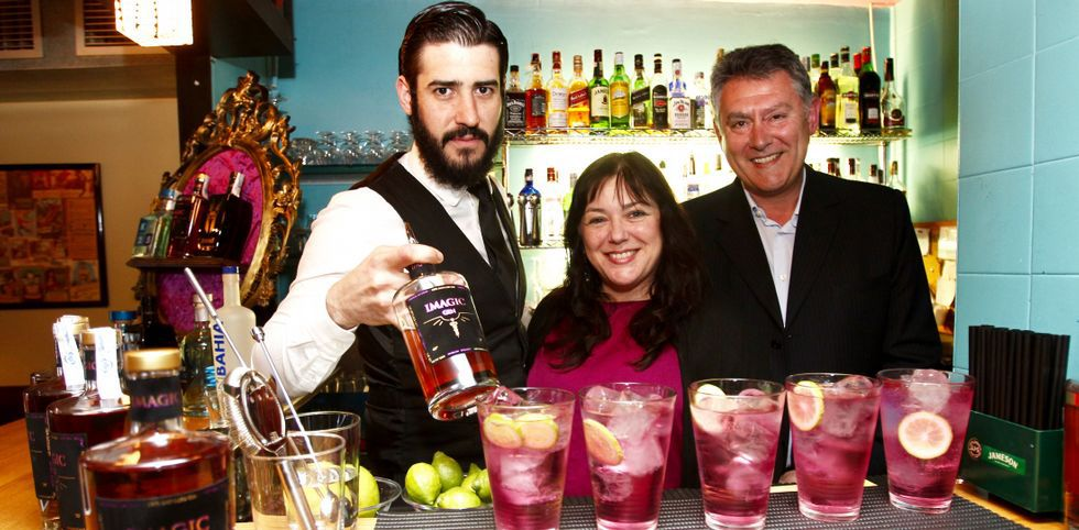 El barman Josinho Mera, Pilar Fernández, del Atlántico, y Agustín Martínez, de Imagic Gin.