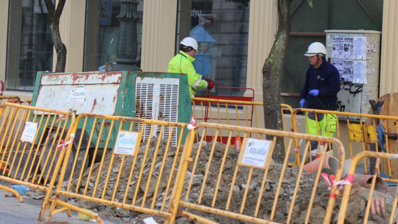 Obreros trabajando en una calle de Vigo