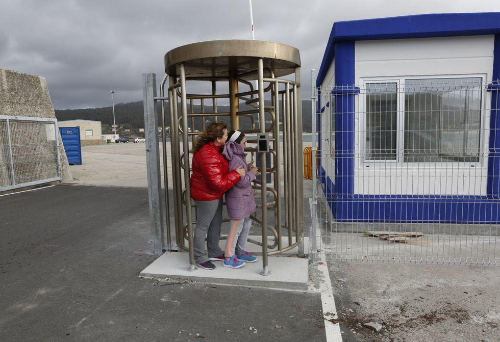 Portos de Galicia ya instala sistemas para controlar los accesos a la dársena laxense.
