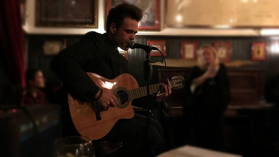 Héctor Tuya toca en el homenaje a Leonard Cohen, en el Ca Beleño.Héctor Tuya toca en el homenaje a Leonard Cohen, en el Ca Beleño