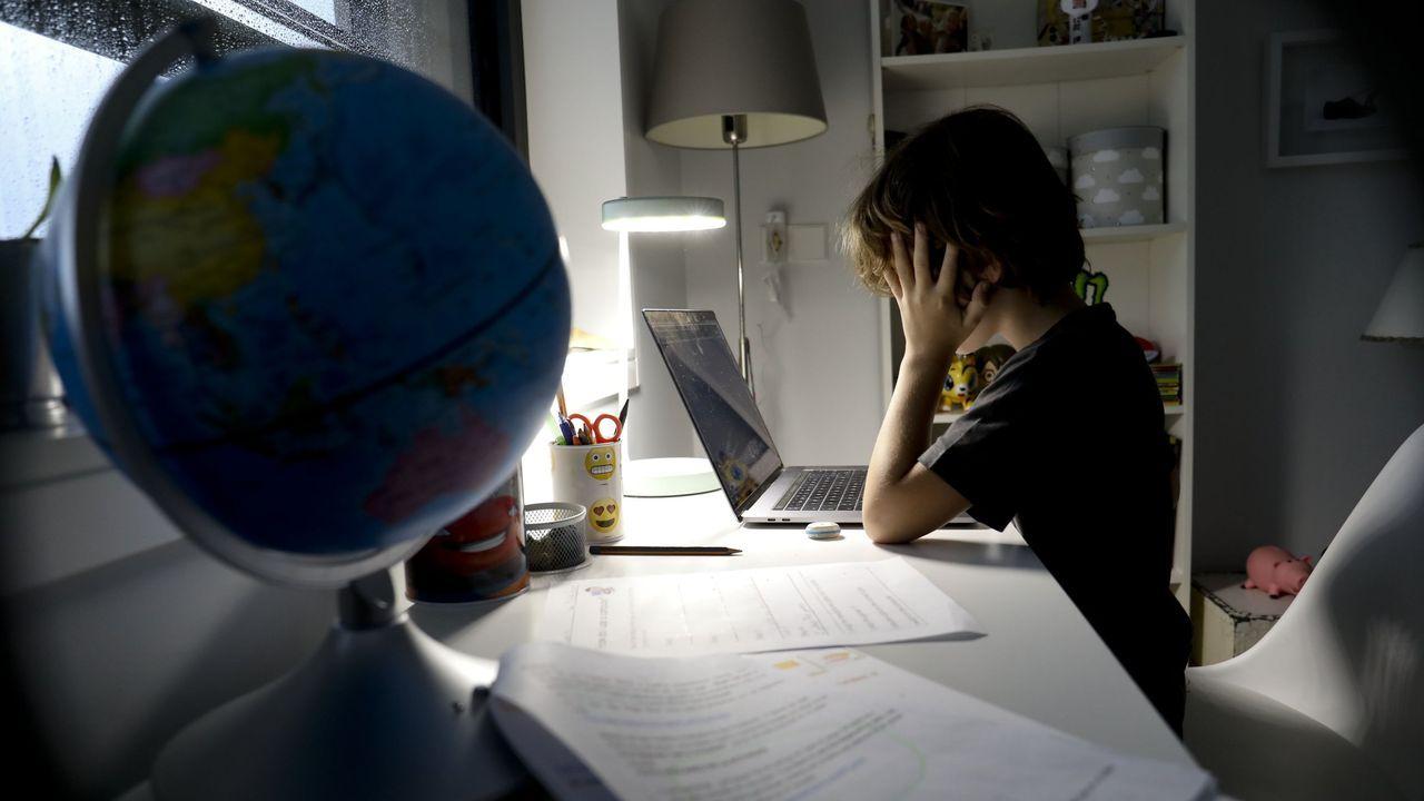 Un niño estudia en casa con su ordenador durante los meses de confinamiento