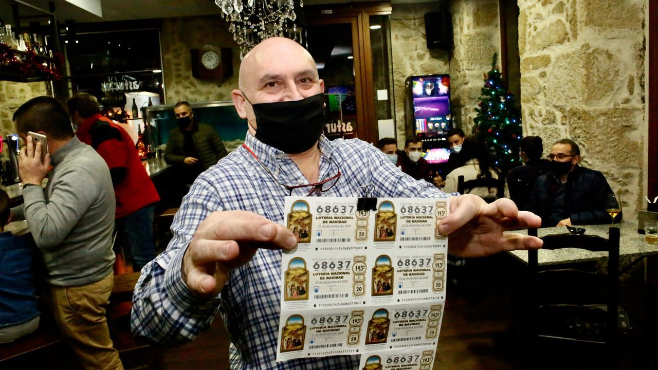 El 86986, un quinto premio, muy repartido por Galicia.El hostelero Cristóbal Canoura, mostrando los décimos días antes del sorteo navideño