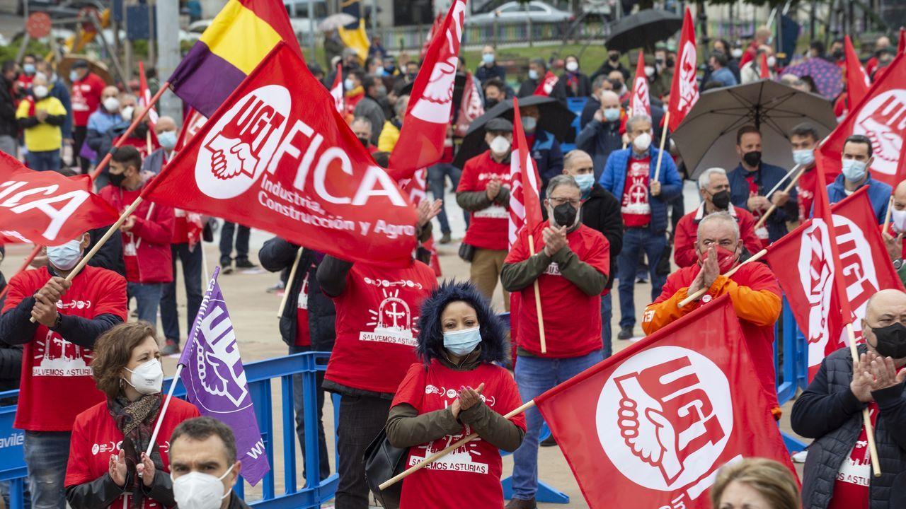 Varias personas participan en la concentración en defensa de la industria asturiana, en la Plaza de la Exposición, a 13 de mayo, en Avilés