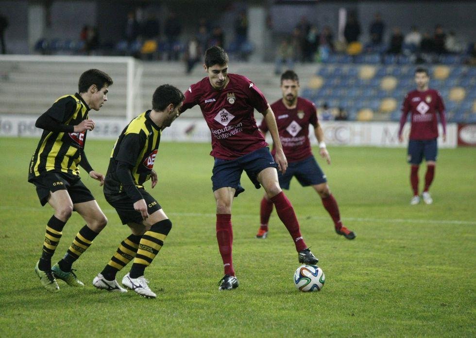 Anxo, con el balón, durante el partido de la primera vuelta en el municipal de Pasarón.