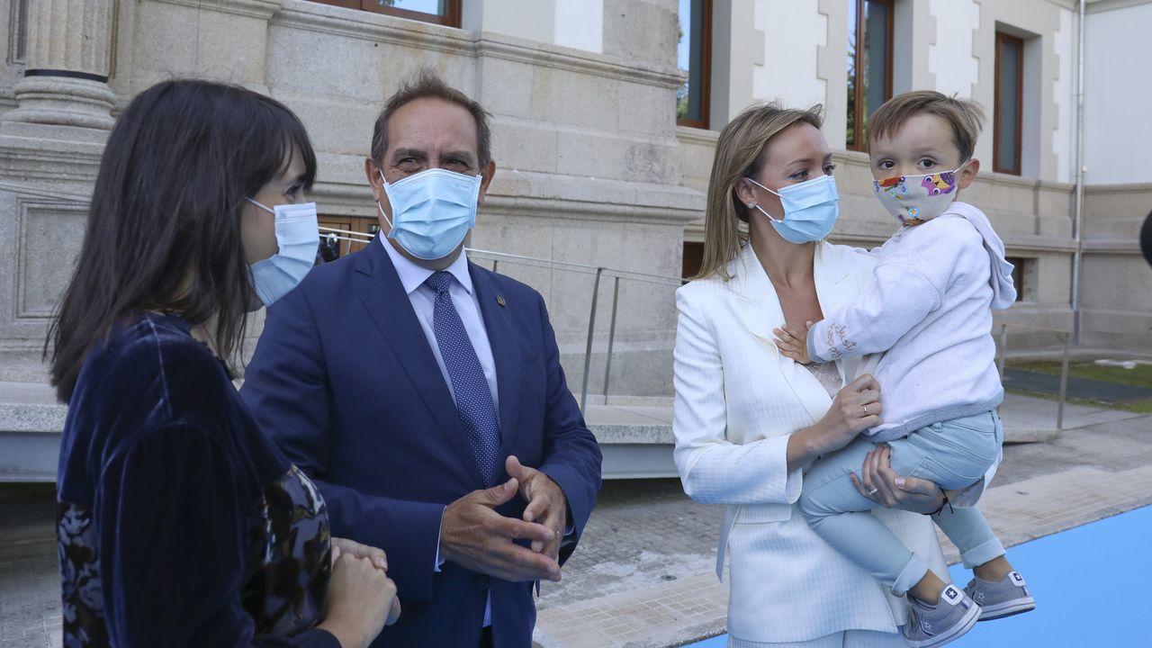 La nueva conselleira María Jesús Lorenzana junto a Valeriano Martínez y Fabiola García, que mantiene en brazos a su hijo