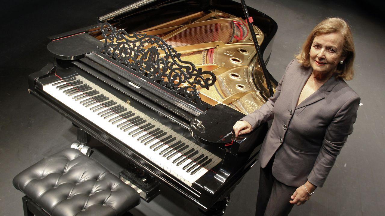 Flor Castro, presidenta de la Filarmónica Ferrolana, junto al piano Stenway&Sons de la entidad, que acaba de repararlo