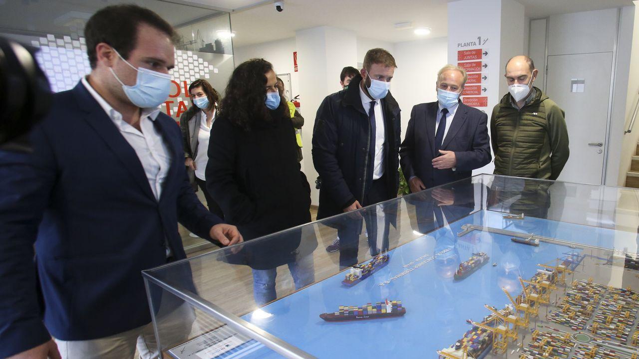 Visita del delegado de la Xunta y la presidenta de Portos a Caneliñas