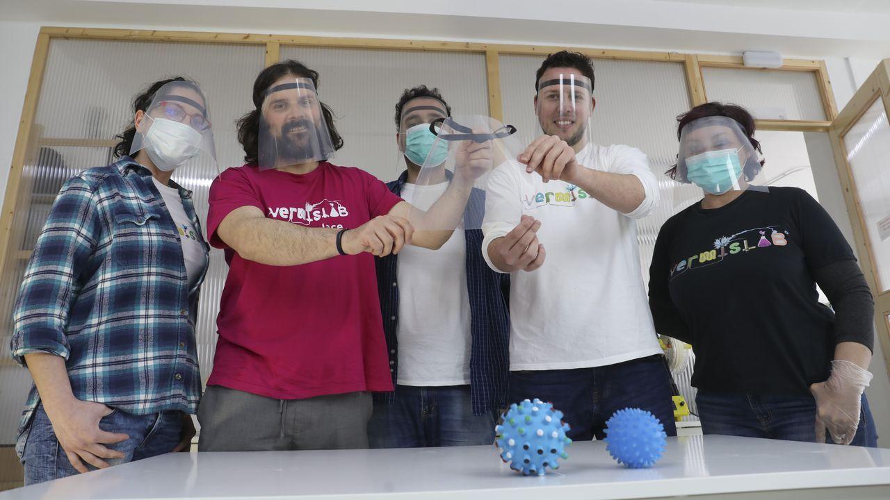 Marcos Saavedra con el resto de sus compañeros, con las pantallas de protección.