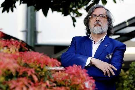 Pernas, columnista de La Voz, presentó la novela en Santiago.