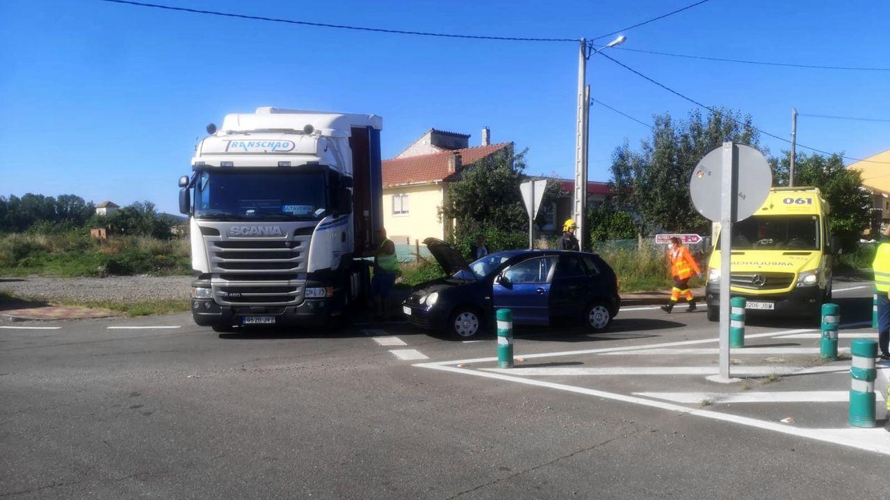 El choque se produjo en la rotonda de la calle Ourense, en la entrada del casco urbano de Monforte