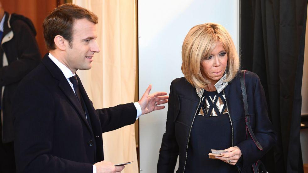 Iceta e Illa, en la toma de posesión del primero el día que el segundo abandonó el Gobierno.Macron junto a su mujer Brigitte Trogneux