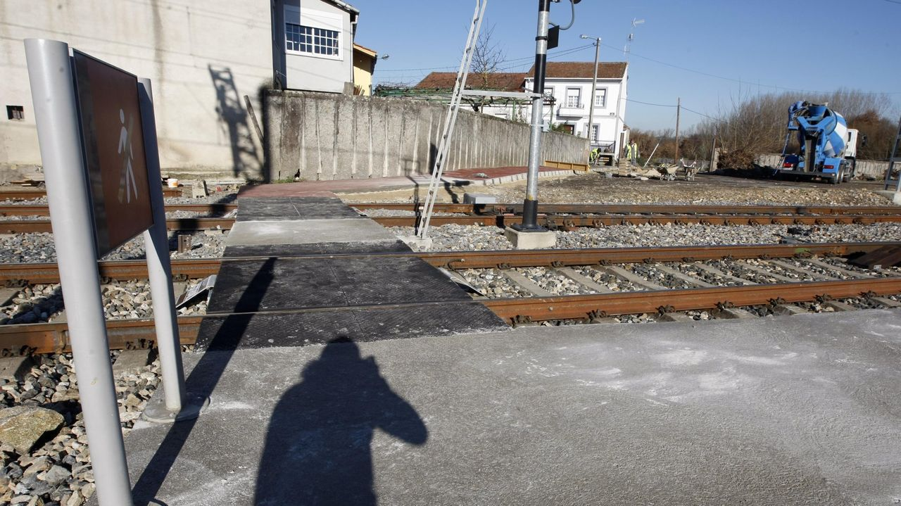 Paso de viajeros en la estación de Canaval, una de las incluidas en el proyecto