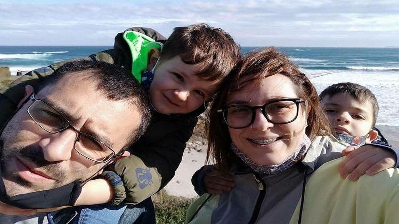 Regresan las retenciones al puente de A Pasaxe.Diana Sanjurjo y Paco Rey, con sus hijos Xabi y Aleixo