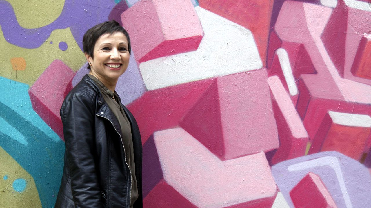 Yolanda Huergo, junto a un grafiti de su barrio de Laviada
