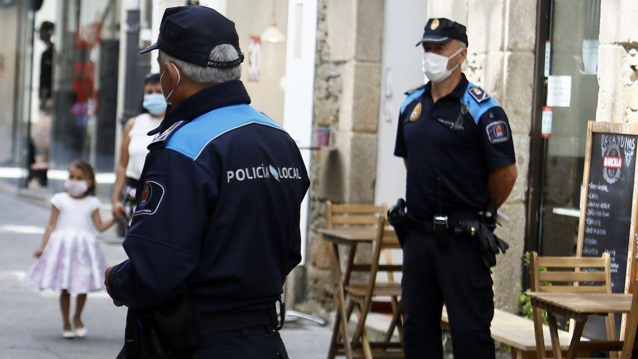 Policías locales de Viveiro patrullando la calle Pastor Díaz este domingo