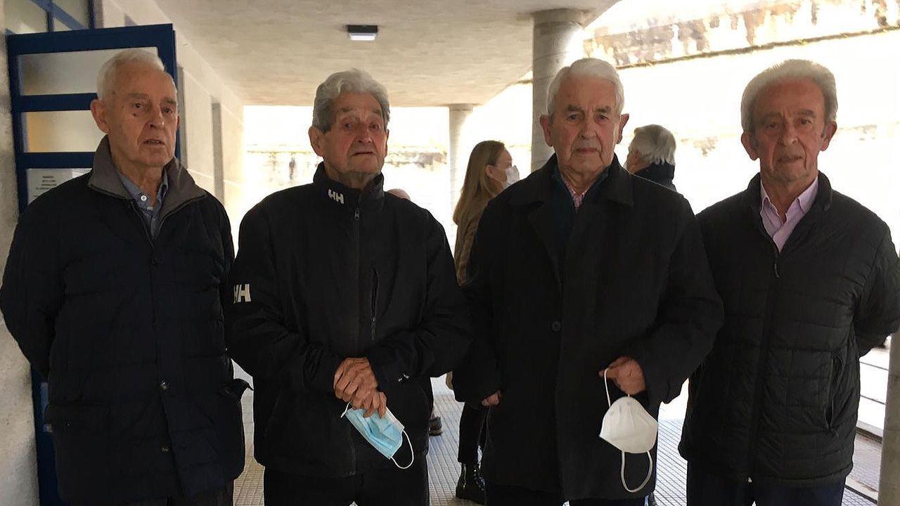 Así avanza la obra de las viviendas turísticas de Lourido.José, Emilio, Juan y Manolo Pita Bedoya, vacunados en Sada