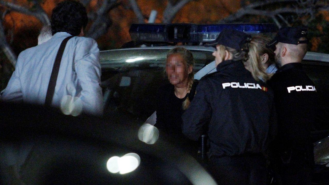 Conchi M. V., segunda por la izquierda, volvió al lugar donde presuntamente acabó con la vida de su marido