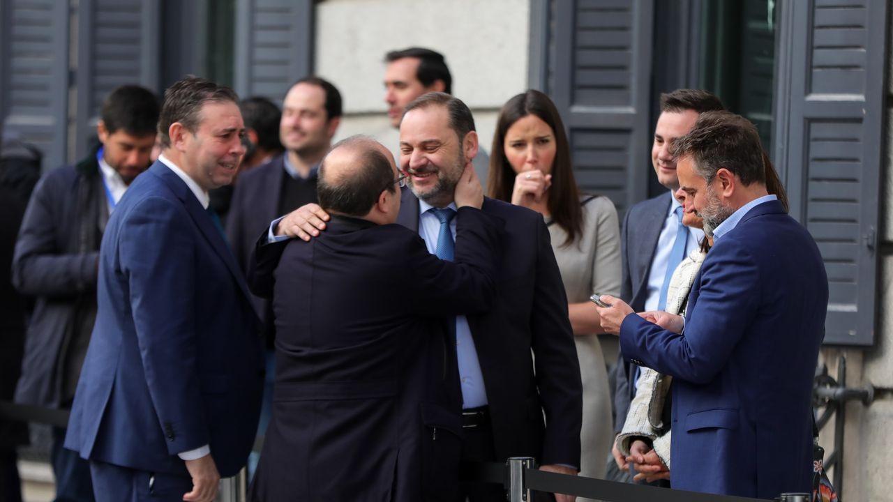 Iceta abraza a Ábalos en la puerta del Congreso