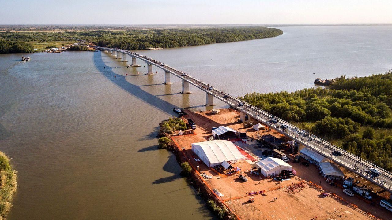 El puente une Senegal con Gambia en unos de los puntos más estrechos del río