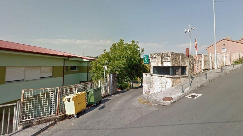 Arde un aerogenerador en el Monte Faro.Entrada al cuartel de la Guardia Civil en Chantada