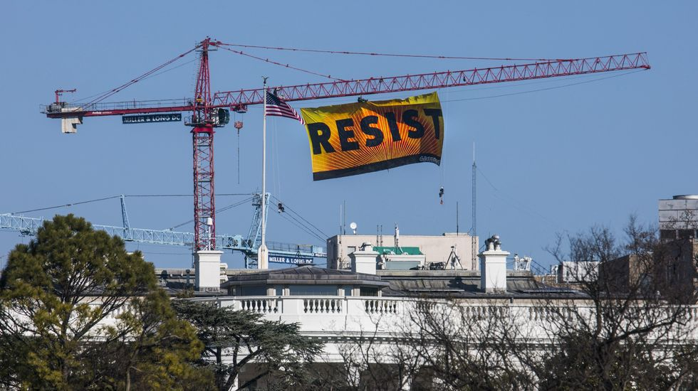 Espectacular protesta de Greenpeace contra Trump en Washington