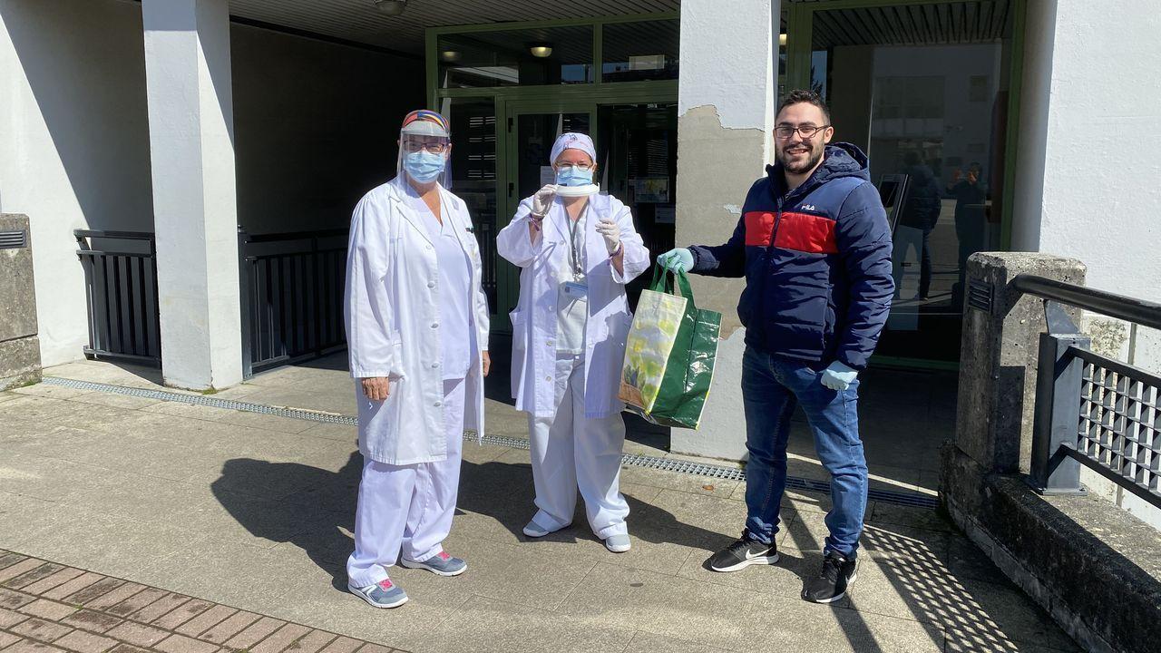 Edgar Fuentes, de Makers Ferrol, haciendo entrega de las máscaras protectoras al personal del centro de salud de Narón