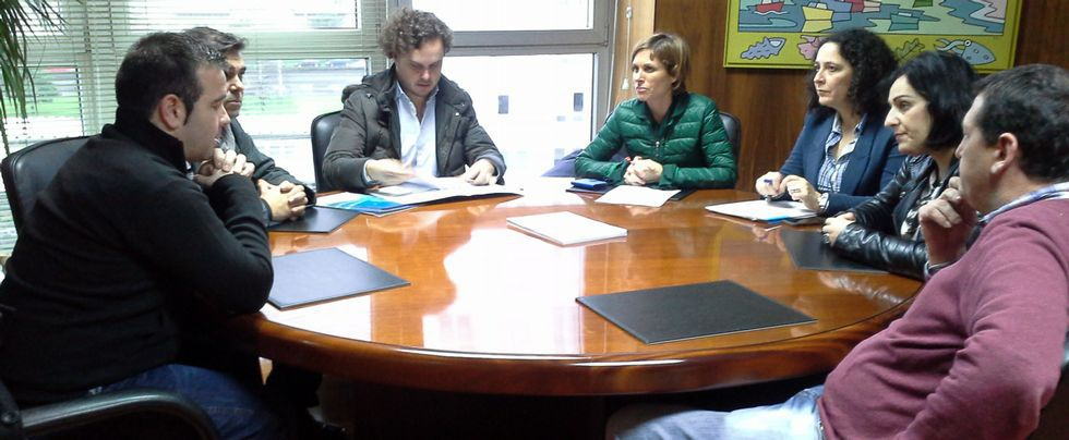 Nava Castro y la delegada, con profesionales y alcaldes.