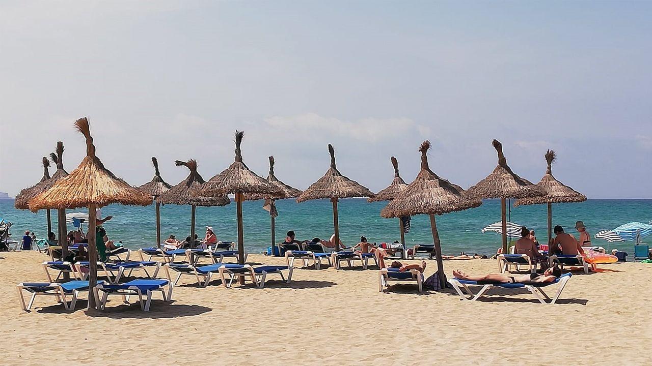 Turistas en hamacas en la playa de Palma de Mallorca, en una foto de archivo