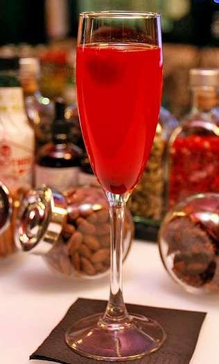 <span lang= es-es >«Bellini» de frambuesa</span>. Espumoso gallego con pulpa de frambuesa. El original es del Harry?s Bar, de Venecia.