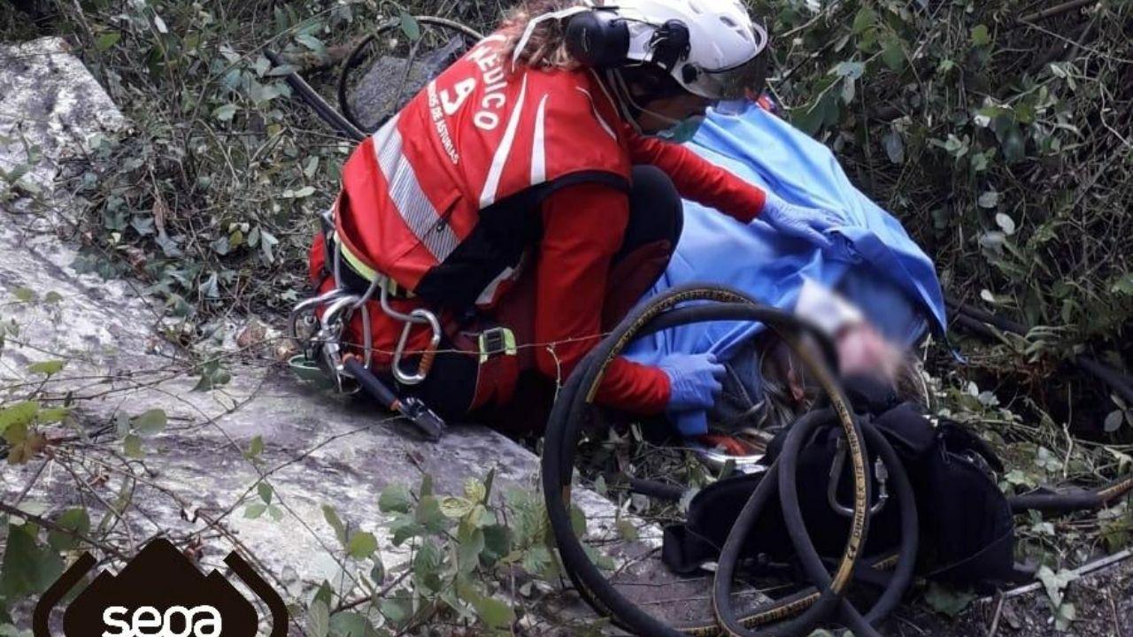 Rescate de la mujer herida en el viaducto de Serín, en una zona de difícil acceso